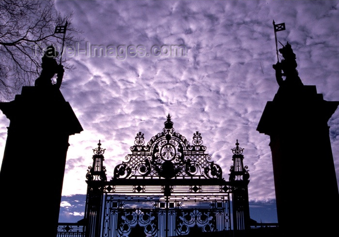 scot33: Scotland - Ecosse - Edinburgh / Dùn Èideann: palace gate - photo by F.Rigaud - (c) Travel-Images.com - Stock Photography agency - Image Bank