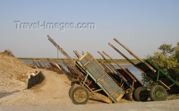 senegal100: Senegal - Joal-Fadiouth: shell village - cart storage - photo by G.Frysinger - (c) Travel-Images.com - Stock Photography agency - Image Bank