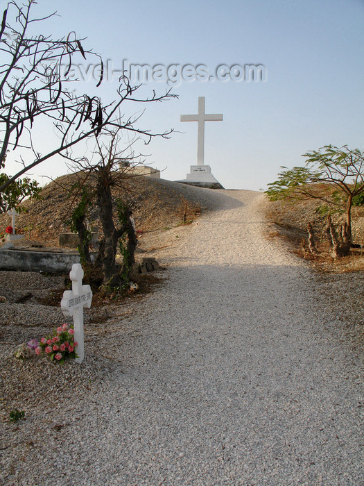 senegal101: Senegal - Joal-Fadiouth: cemetery - Christian cross on top of the shell mound - photo by G.Frysinger - (c) Travel-Images.com - Stock Photography agency - Image Bank