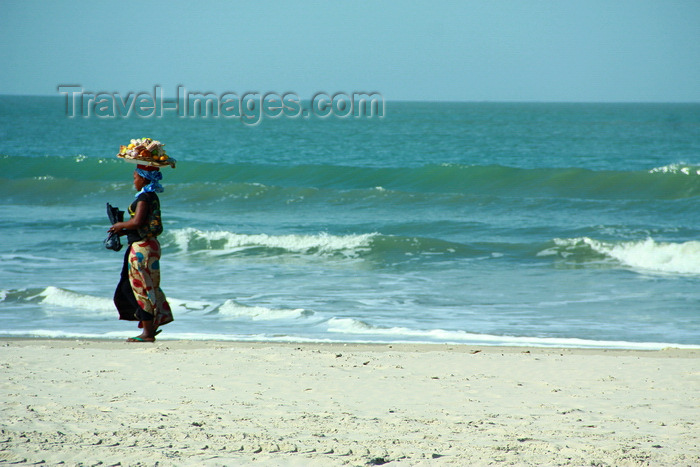 senegal116: Cap Skirring, Oussouye, Basse Casamance (Ziguinchor), Senegal: Young woman Walking on the beach to sell fruits, everyday life / Jovem mulher caminhando na praia para vender, vida quotidiana - photo by R.V.Lopes - (c) Travel-Images.com - Stock Photography agency - Image Bank