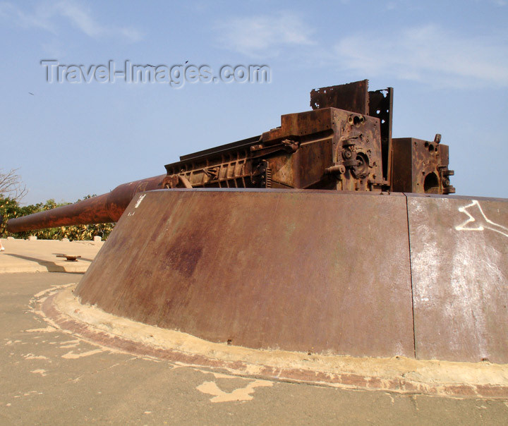 senegal43: Senegal - Gorée Island: fort - rusting WWII naval gun - photo by G.Frysinger - (c) Travel-Images.com - Stock Photography agency - Image Bank