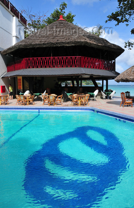 seychelles95: Mahe, Seychelles: Baie Beau Vallon - pool side bar at the Coral Strand Hotel - photo by M.Torres - (c) Travel-Images.com - Stock Photography agency - Image Bank