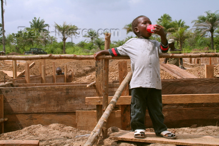 sierra-leone12: Sierra Leone: village boy taking Coke break - construction site - photo by J.Britt-Green - (c) Travel-Images.com - Stock Photography agency - Image Bank