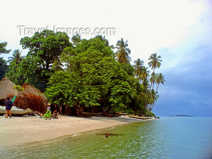 sierra-leone3: Turtle Islands, Southern Province, Sierra Leone: village by the sea - fishing community - olive waters - photo by T.Trenchard - (c) Travel-Images.com - Stock Photography agency - Image Bank