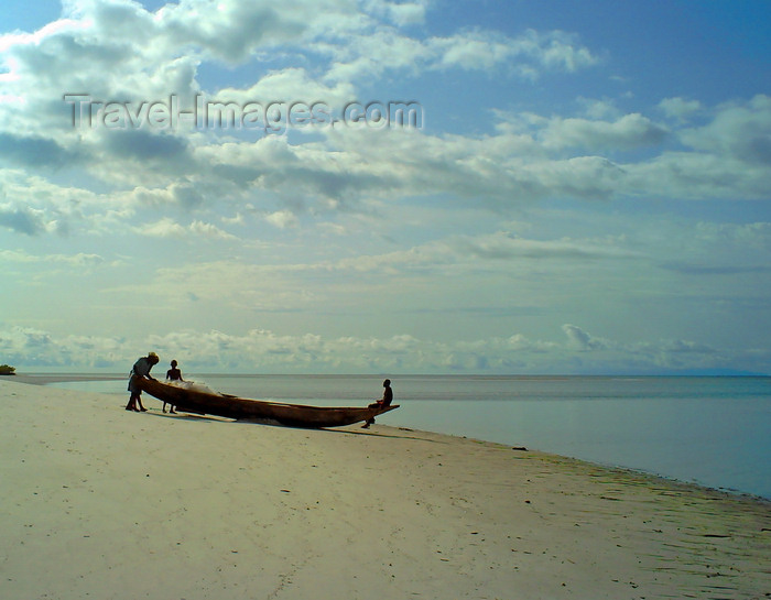 sierra-leone33: Turtle Islands, Southern Province, Sierra Leone: fishermen and small fishing canoe on the beach - photo by T.Trenchard - (c) Travel-Images.com - Stock Photography agency - Image Bank