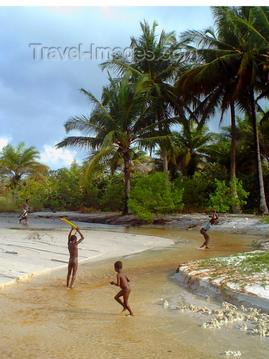 sierra-leone4: Turtle Islands, Southern Province, Sierra Leone: children catch fish in a small stream  - photo by T.Trenchard - (c) Travel-Images.com - Stock Photography agency - Image Bank