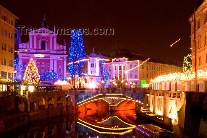 slovenia79: Triple Bridge reflected on the river Ljubljanica and Presernov trg - Christmas lights, Ljubljana, Slovenia - photo by I.Middleton - (c) Travel-Images.com - Stock Photography agency - Image Bank