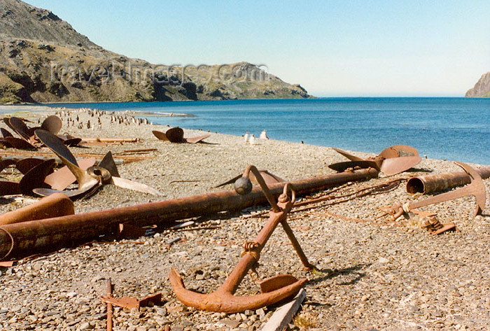 south-georgia34: South Georgia - Stromness: discarded anchor on the beach (photo by G.Frysinger) - (c) Travel-Images.com - Stock Photography agency - Image Bank