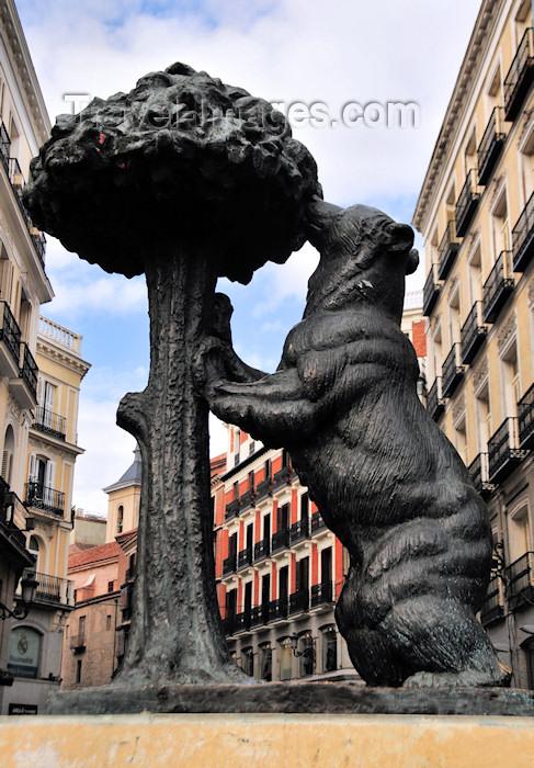 spai121: Spain / España - Madrid: El oso y el madroño / city symbol - the bear and the arbutus at Puerta del Sol - sculptor Antonio Navarro Santafé - Calle del Carmen - photo by M.Torres - (c) Travel-Images.com - Stock Photography agency - Image Bank