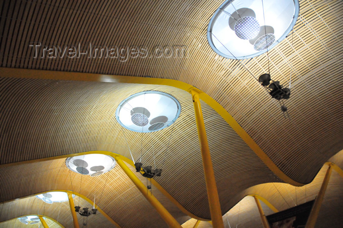 spai429: Barajas, Madrid, Spain: Barajas airport - Terminal 4 - departures hall - ondulated roof - photo by M.Torres - (c) Travel-Images.com - Stock Photography agency - Image Bank