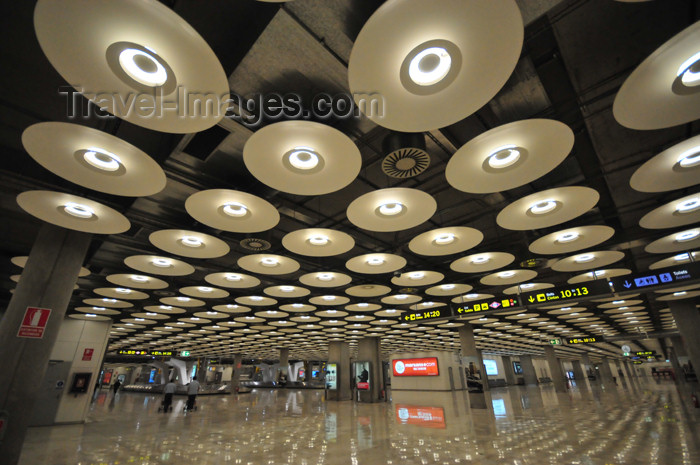 spai430: Barajas, Madrid, Spain: Barajas airport - Terminal 4 - designed by Antonio Lamela, Richard Rogers and TPS Engineers - photo by M.Torres - (c) Travel-Images.com - Stock Photography agency - Image Bank