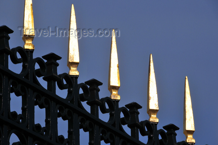 spai446: Spain / España - Madrid: Royal Palace / Palacio Real - fence with gilded spikes - plaza de la Armería - photo by M.Torres - (c) Travel-Images.com - Stock Photography agency - Image Bank