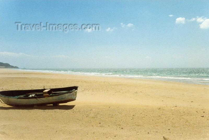 spai66: Spain / España - Zahara de los Atunes (Cadiz): beach - lonely boat - photo by Nacho Cabana - (c) Travel-Images.com - Stock Photography agency - Image Bank