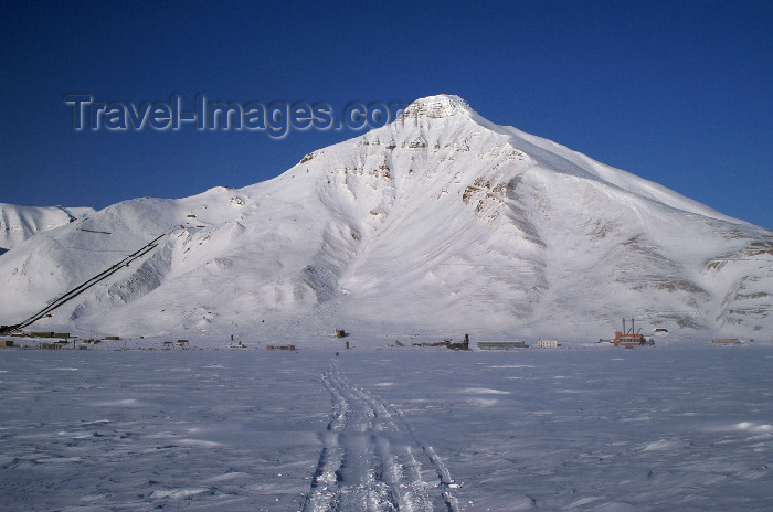 svalbard103: Svalbard - Spitsbergen island: leaving - Pyramiden - the mountain that lends its name to the town - photo by A.Ferrari - (c) Travel-Images.com - Stock Photography agency - Image Bank