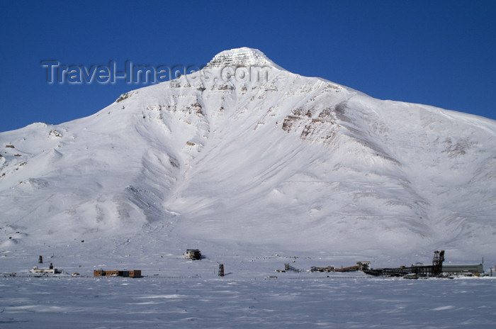 svalbard84: Svalbard - Spitsbergen island: Pyramiden - the mountain that lends its name to the town - photo by A.Ferrari - (c) Travel-Images.com - Stock Photography agency - Image Bank