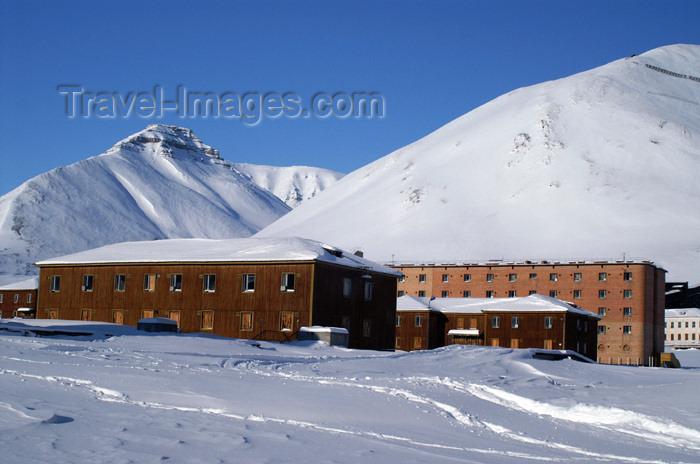 svalbard91: Svalbard - Spitsbergen island - Pyramiden: housing buildings - wooden barracks of Arktikugol - photo by A.Ferrari - (c) Travel-Images.com - Stock Photography agency - Image Bank