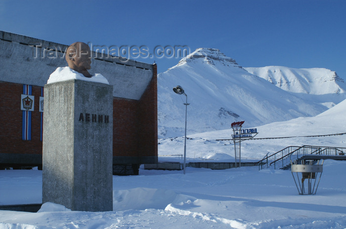 svalbard95: Svalbard - Spitsbergen island - Pyramiden: world's most Northerly Lenin bust in front of the sports center - photo by A.Ferrari - (c) Travel-Images.com - Stock Photography agency - Image Bank