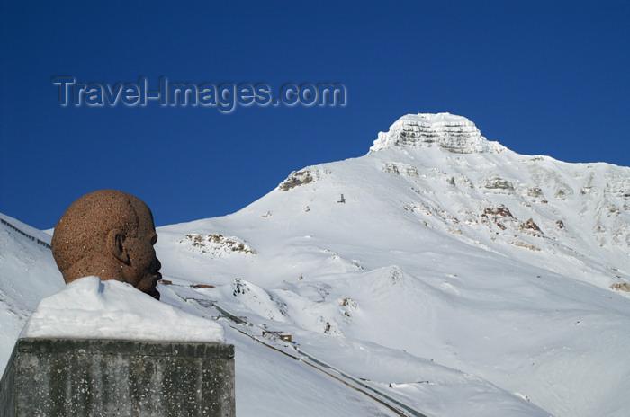 svalbard98: Svalbard - Spitsbergen island - Pyramiden: frozen Lenin, enjoying a view over Pyramiden mountain - photo by A.Ferrari - (c) Travel-Images.com - Stock Photography agency - Image Bank