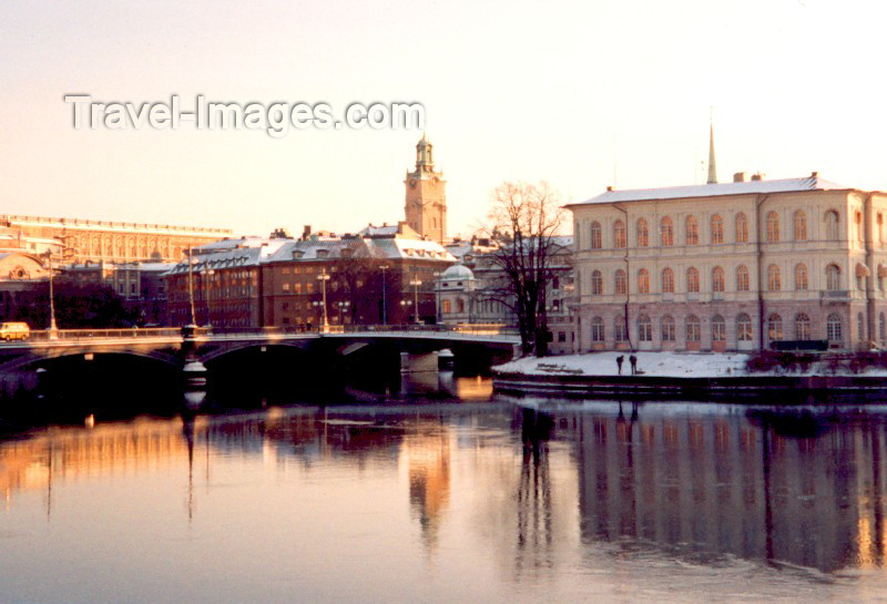 sweden21: Sweden - Stockholm: Vasabron bridge into Gamla Stan - Storkyrkan (photo by M.Torres) - (c) Travel-Images.com - Stock Photography agency - Image Bank