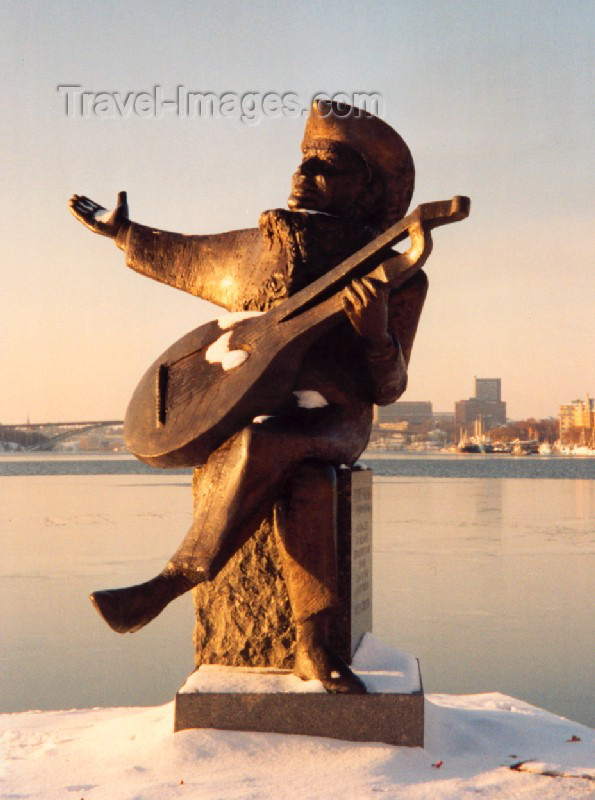 sweden24: Sweden - Stockholm: statue of Evert Axel Taube, author, composer and singer / skulptur (photo by M.Torres) - (c) Travel-Images.com - Stock Photography agency - Image Bank