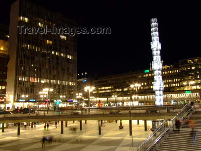 sweden67: Sweden - Stockholm: column on Sergels Torg - Kristall-vertikal accent, by artist by Edvin Öhrström - pillar - Stockholm at night - named after sculptor Johan Tobias Sergel - glass obelisk (photo by M.Bergsma) - (c) Travel-Images.com - Stock Photography agency - Image Bank