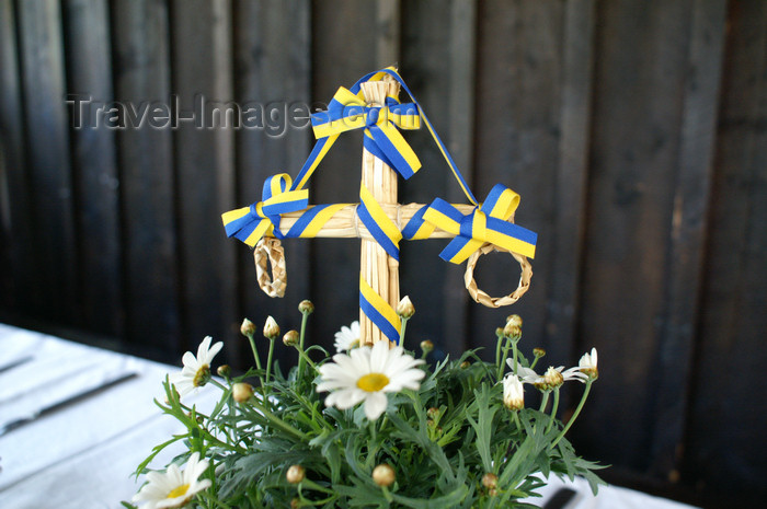sweden73: Älvdalen, Dalarnas län, Sweden: Mini midsummer pole - cross with Swedish colours - photo by A.Ferrari - (c) Travel-Images.com - Stock Photography agency - Image Bank