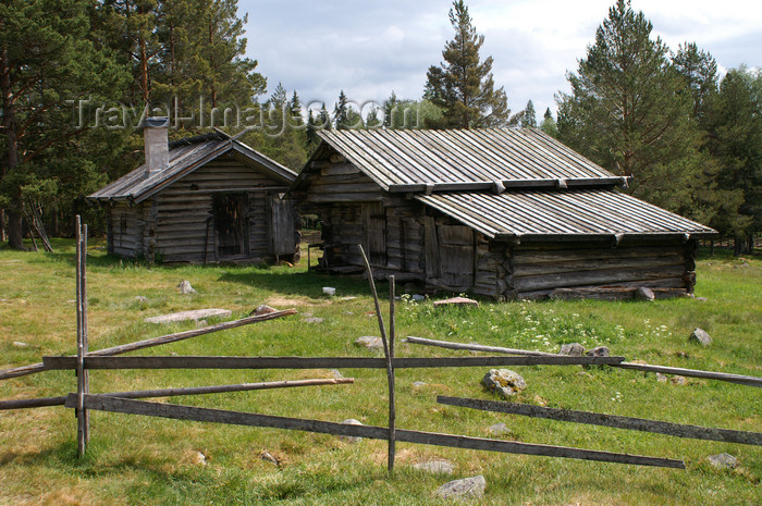 sweden87: Älvdalen, Dalarnas län, Sweden: wooden houses - ecological farm - photo by A.Ferrari - (c) Travel-Images.com - Stock Photography agency - Image Bank