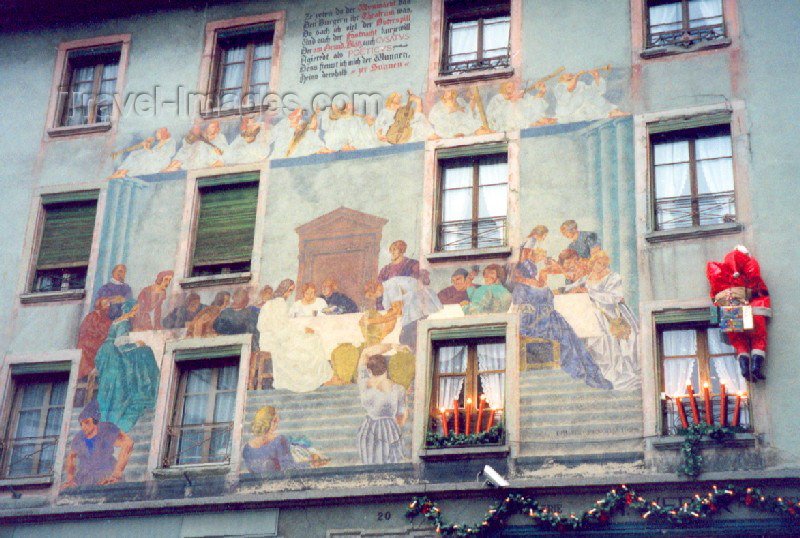 switz59: Switzerland / Suisse / Schweiz / Svizzera - Luzern / Lucerne / Lucerna: Santa Claus climbing a painted façade (photo by Miguel Torres) - (c) Travel-Images.com - Stock Photography agency - Image Bank