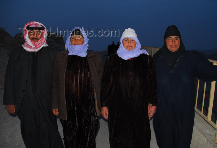 syria213: Palmyra / Tadmor, Homs governorate, Syria: a bedouin and his three wives - polygamy - photo by M.Torres / Travel-Images.com - (c) Travel-Images.com - Stock Photography agency - Image Bank