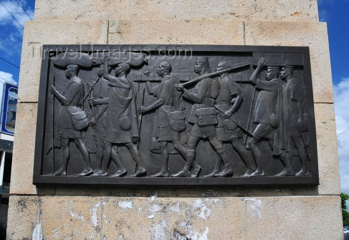 tanzania11: Dar es Salaam, Tanzania: Askari Monument - art displaying the use of African soldiers as porters by the British army - Azikiwe Street - photo by M.Torres - (c) Travel-Images.com - Stock Photography agency - Image Bank
