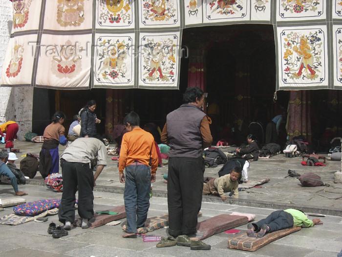 tibet47: Tibet - Lhasa: Jokhang Temple - prayer - photo by M.Samper - (c) Travel-Images.com - Stock Photography agency - Image Bank
