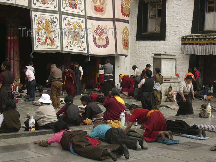 tibet49: Tibet - Lhasa: Jokhang Temple - prostrated devotees - photo by M.Samper - (c) Travel-Images.com - Stock Photography agency - Image Bank