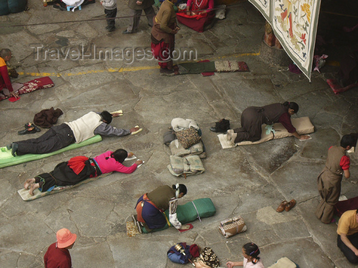 tibet62: Tibet - Lhasa: Jokhang Temple - Buddhist pilgrims prostrating - photo by M.Samper - (c) Travel-Images.com - Stock Photography agency - Image Bank