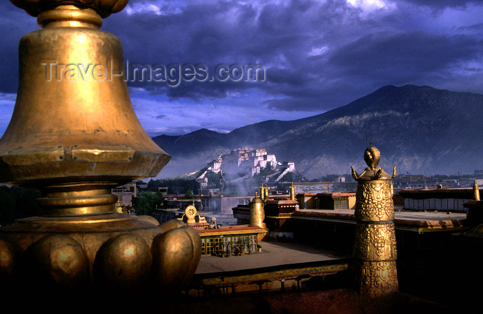 tibet85: Lhasa, Tibet: Potala Palace seen from the roof of Jokhang Monastery - photo by Y.Xu - (c) Travel-Images.com - Stock Photography agency - Image Bank