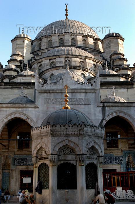 turkey187: Istanbul, Turkey: courtyard of Yeni camii / the New mosque - architect Davud Aga - photo by J.Wreford - (c) Travel-Images.com - Stock Photography agency - Image Bank