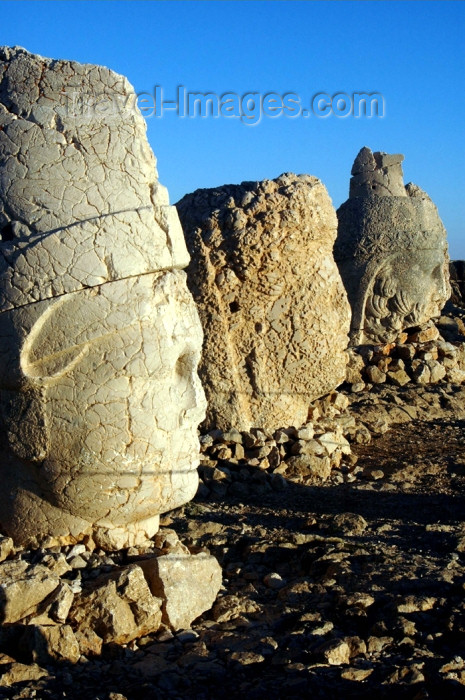 turkey278: Mt Nemrut / Nemrut Dagi / Mount Nimrod - Adiyaman province, Southeastern Anatolia, Turkey: line of statue heads - UNESCO World Heritage Site - photo by C. le Mire - (c) Travel-Images.com - Stock Photography agency - Image Bank