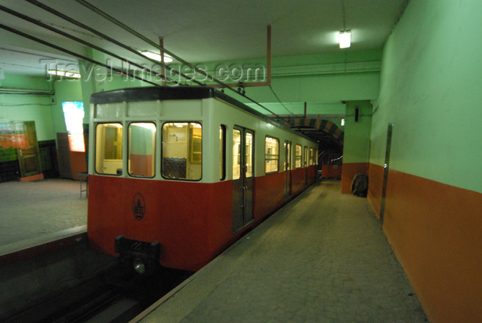 turkey419: Istanbul, Turkey: the tunel - Galata-Péra funicular - designed by French civil engineer Eugene-Henri Gavand - photo by M.Torres - (c) Travel-Images.com - Stock Photography agency - Image Bank