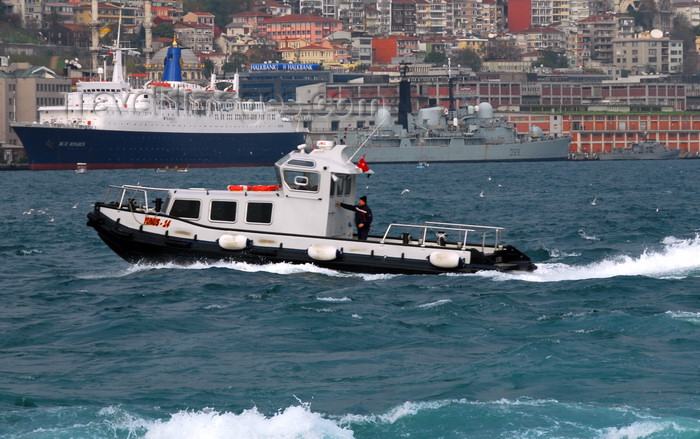turkey442: Istanbul, Turkey: Bosphorus and Beyoglu - Istanbul Modern - pilots' boat, the cruise ship Blue Monarch and the Royal Navy destroyer MS Exeter (D89) - photo by M.Torres - (c) Travel-Images.com - Stock Photography agency - Image Bank