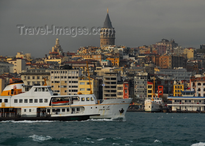 turkey444: Istanbul, Turkey: Zübeyde Hanim ferry in the Golden Horn, in front of the Galata area - Beyoglu district - photo by M.Torres - (c) Travel-Images.com - Stock Photography agency - Image Bank
