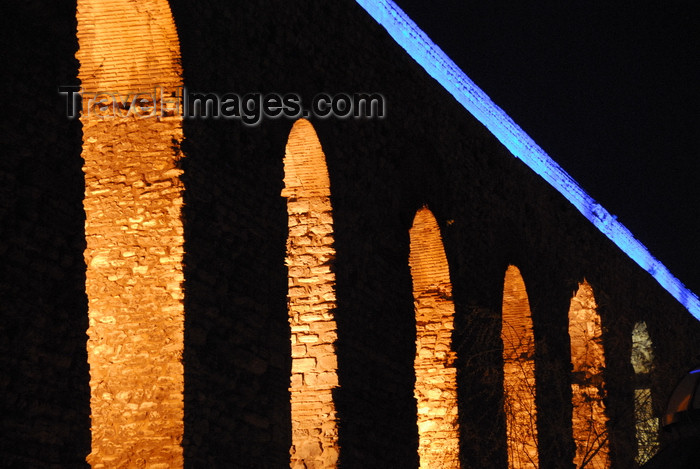 turkey457: Istanbul, Turkey: Valens aqueduct at night - built for Byzantium / Constantinople under Emperors Hadrian and Constantine I - Fatih District - photo by M.Torres - (c) Travel-Images.com - Stock Photography agency - Image Bank
