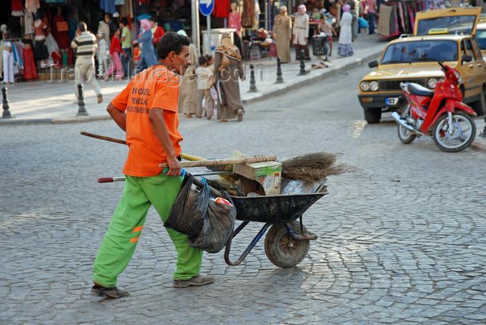 turkey559: Urfa / Edessa / Sanliurfa, Southeastern Anatolia, Turkey: street cleaner with wheelbarrow - photo by W.Allgöwer - (c) Travel-Images.com - Stock Photography agency - Image Bank