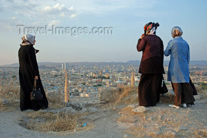 turkey569: Urfa / Edessa / Sanliurfa, Southeastern Anatolia, Turkey: three women enjoy the view from the citadel - photo by W.Allgöwer - (c) Travel-Images.com - Stock Photography agency - Image Bank
