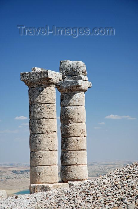 turkey589: Karakus Tepesi - Karakus Tumulus - Adiyaman province, Southeastern Anatolia, Turkey: Commagene royal tombs - two Doric columns, one with a lion - photo by W.Allgöwer - (c) Travel-Images.com - Stock Photography agency - Image Bank