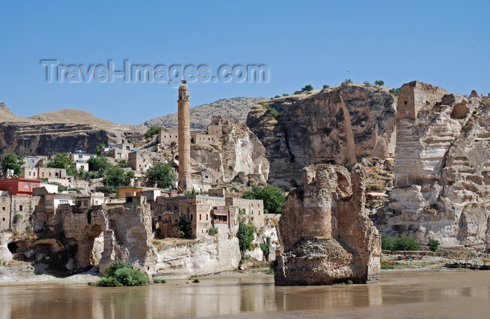 turkey597: Hasankeyf / Heskif, Batman Province, Southeastern Anatolia, Turkey: rising over the Tigris river - once the border of two great Indo-European empires, the Roman and Persian, and with an Indo-European Kurdish population is now under Turkic occupation - photo by W.Allgöwer - (c) Travel-Images.com - Stock Photography agency - Image Bank