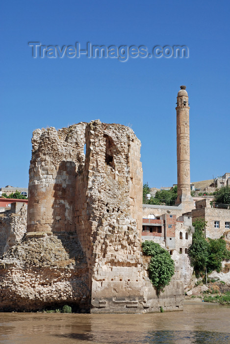 turkey598: Hasankeyf / Heskif, Batman Province, Southeastern Anatolia, Turkey: ruins of the Artukid bridge and the slim minaret of the El Rizk mosque - photo by W.Allgöwer - (c) Travel-Images.com - Stock Photography agency - Image Bank