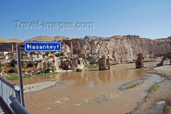 turkey599: Hasankeyf / Heskif, Batman Province, Southeastern Anatolia, Turkey: town sign on the new bridge - the Tigris river, the town and the ruins of the old bridge - photo by W.Allgöwer - (c) Travel-Images.com - Stock Photography agency - Image Bank