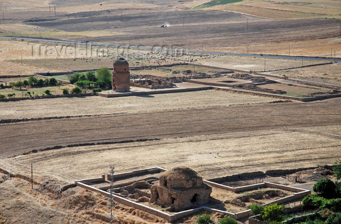 turkey602: Hasankeyf / Heskif, Batman Province, Southeastern Anatolia, Turkey: agricultural land and old tombs - turbesi - photo by W.Allgöwer - (c) Travel-Images.com - Stock Photography agency - Image Bank