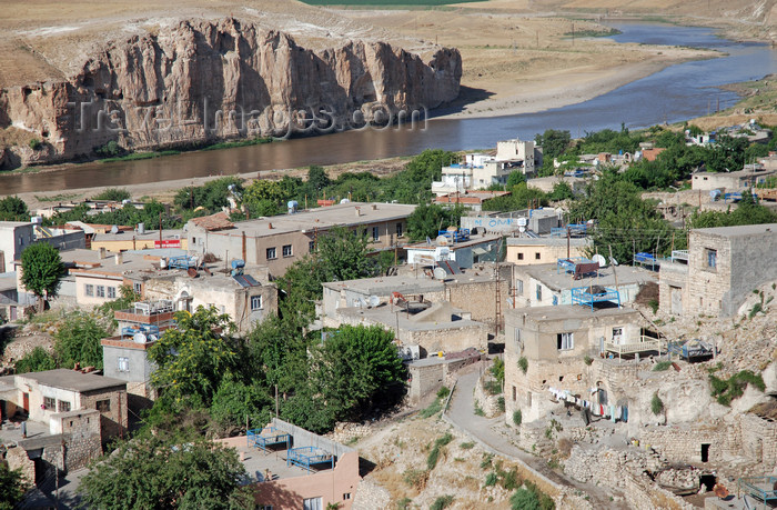 turkey603: Hasankeyf / Heskif, Batman Province, Southeastern Anatolia, Turkey: residential area and the river Tigris - photo by W.Allgöwer - (c) Travel-Images.com - Stock Photography agency - Image Bank