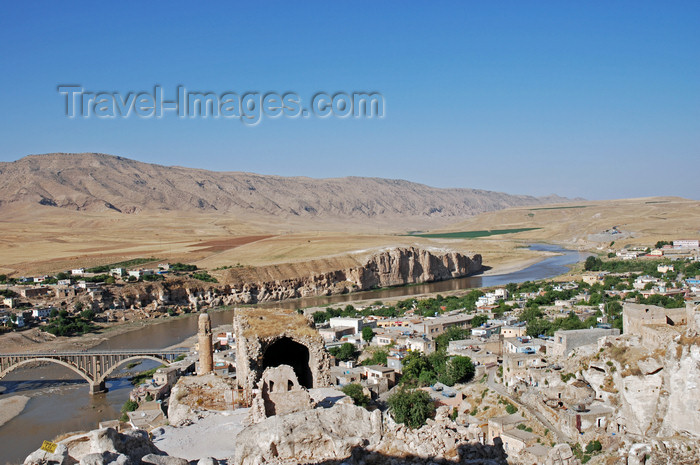 turkey604: Hasankeyf / Heskif, Batman Province, Southeastern Anatolia, Turkey: the town and the Tigris seen from the citadel - photo by W.Allgöwer - (c) Travel-Images.com - Stock Photography agency - Image Bank