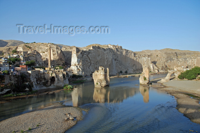 turkey618: Hasankeyf / Heskif, Batman Province, Southeastern Anatolia, Turkey: the town, the Tigris river and its gorge carved in the limestone - photo by W.Allgöwer - (c) Travel-Images.com - Stock Photography agency - Image Bank
